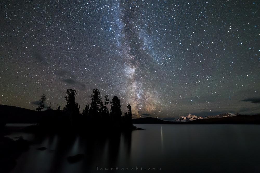צילום נוף שביל החלב מעל אגם בהרי קולומביה הבריטית בקנדה - תומר רצאבי