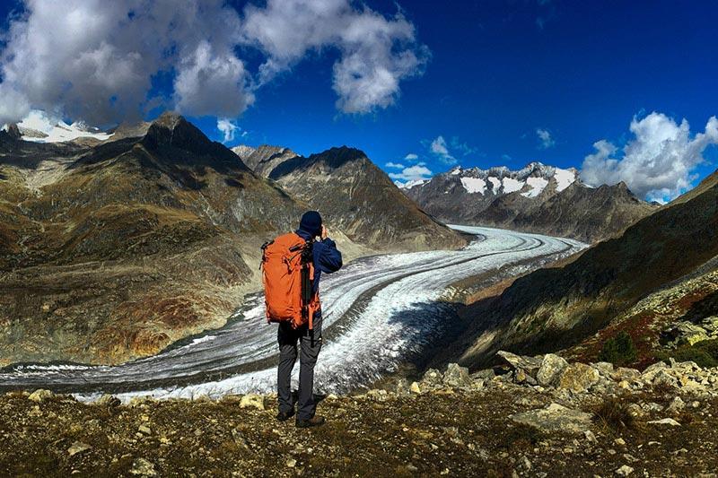 תומר רצאבי מצלם את הנוף מתצפית על קרחון אלץ' בשוויץ
