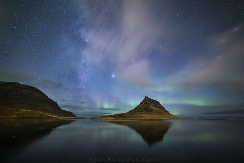 צילום נוף זוהר צפוני ושביל החלב מעל הר הכנסייה באיסלנד - תומר רצאבי