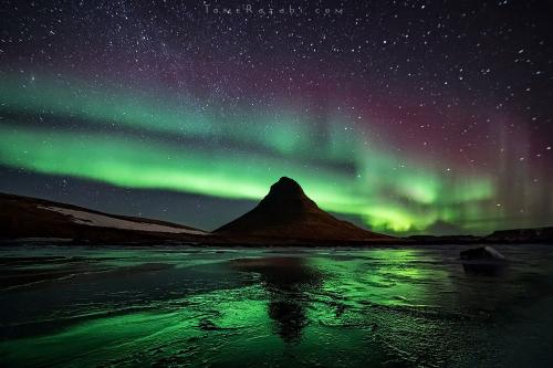 Northern lights over Kirjufell mountain in Iceland - Tomer Razabi